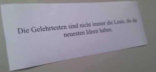 """Foto eines Zettels mit der Aufschrift: """"Die Gelehrtesten sind nicht immer die Leute, die die neuesten Ideen haben."""""""
